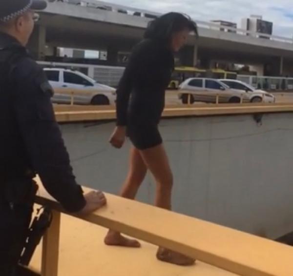 Policiais impedem mulher de pular da plataforma da Rodoviária do Plano Piloto, em Brasília